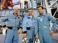 Posádka Apolla 10 stojí před svou raketou. Tom Stafford, Gene Cernan a JohnYoung čekají na svou příležitost
