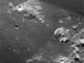 Velitelská sekce Charlie Brown prolétá nad měsíční horou Mt. Marilyn, pojmenované po manželce Jima Lovella; foceno z lunárního modulu Snoopy