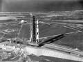 Crawler Transporter s raketou Saturn 5 a lodí Apollo 11 polyká poslední metry k odpalovacímu místu, odkud raketa odstartuje; na konci cesty musí překonat pětiprocentní stoupání
