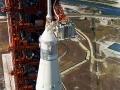 Raketa Saturn 5 s lodí Apollo 11 je připravována 3. 7. 1969 ke startu; na vrcholu bílého pokoje, kterým astronauti procházejí do kosmické lodě, pracuje technik