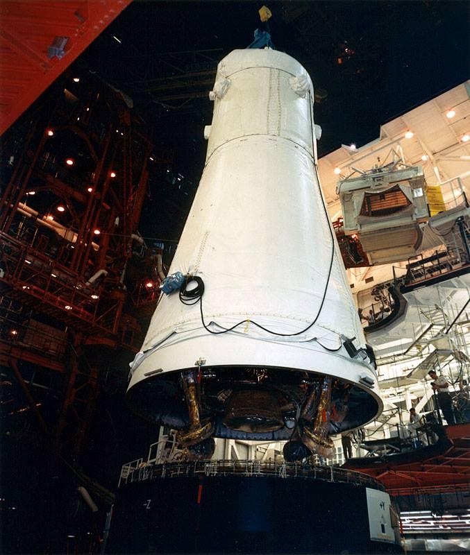 Komplet Apolla 12 - lunární modul a CSM - jsou kurtovány na třetí stupeň Saturnu 5; 1. červenec 1969