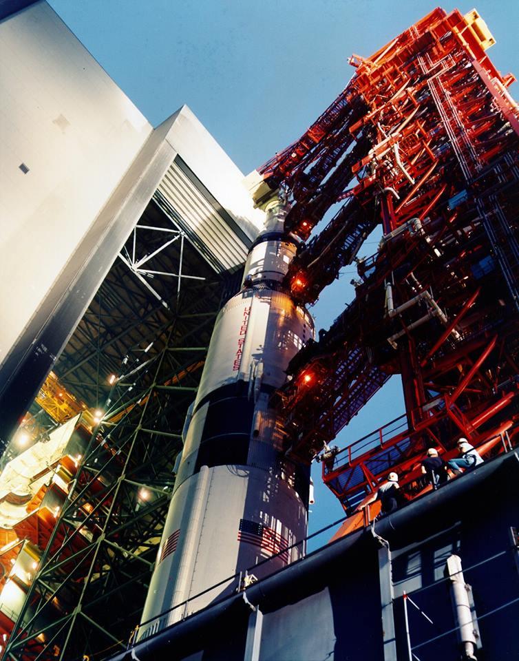 Bonbonek pro fanoušky kosmonautiky - výjezd Saturnu 5 s Apollem 12 z VABu