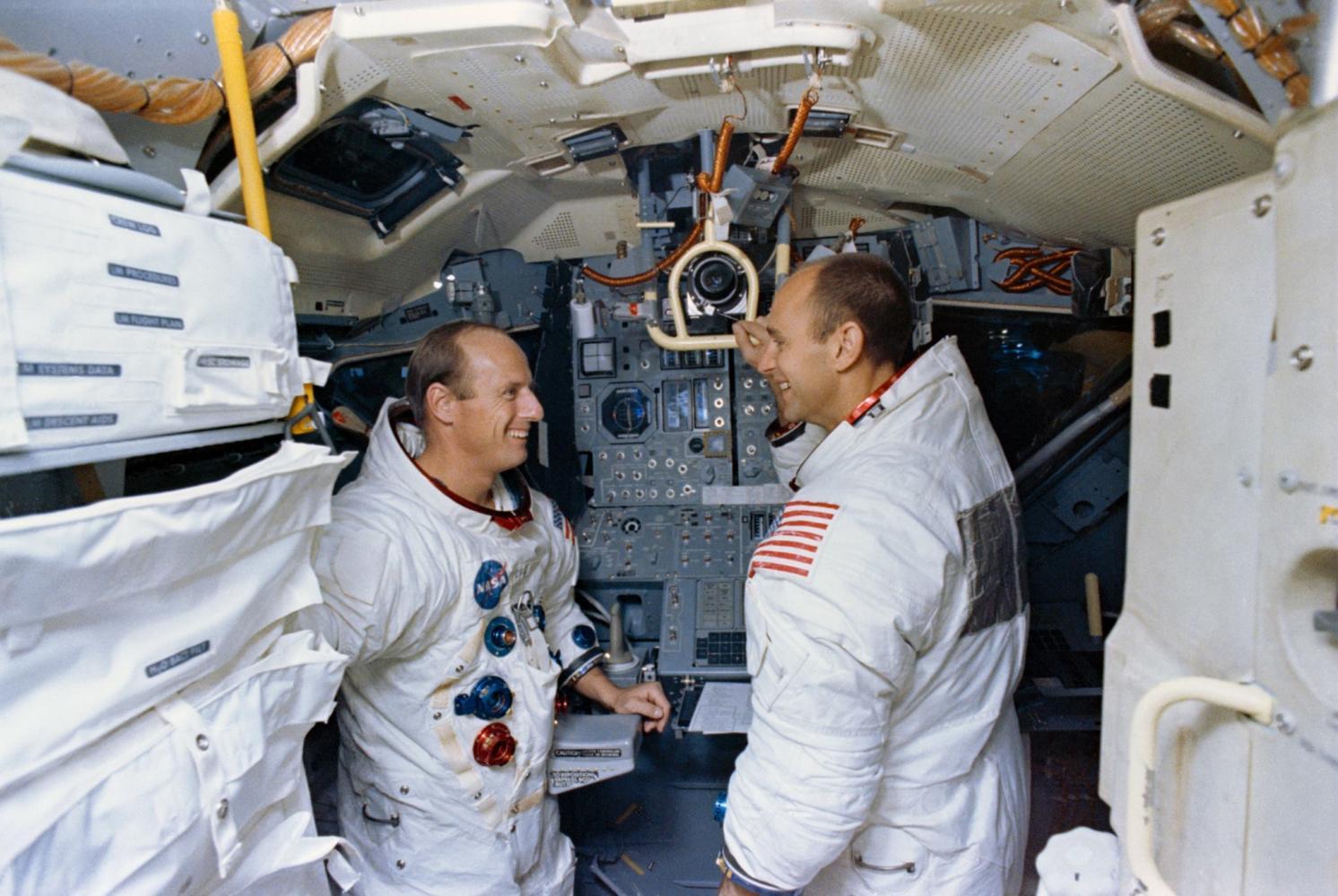 "Astronauti Apolla 12 Charles ""Pete"" Conrad a Alan Bean zachyceni v průběhu výcviku v trenažéru lunárního modulu"