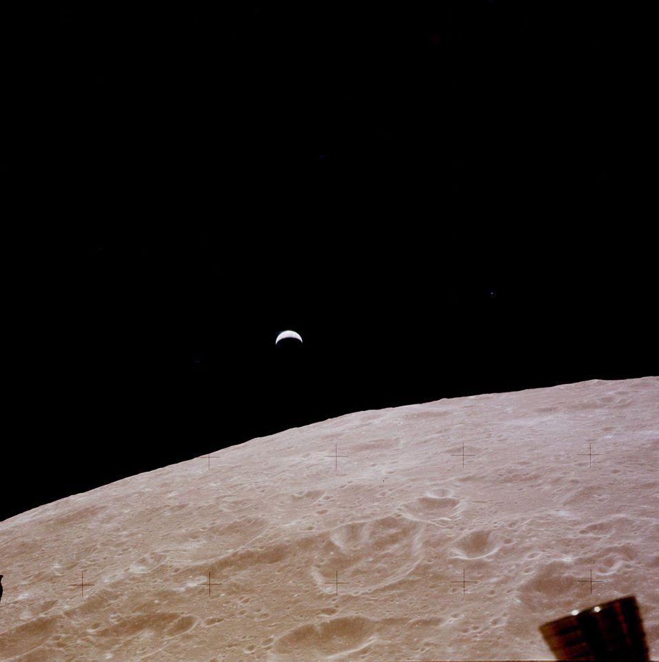 18. 11. 1969 přilétá Apollo 12 k Měsíci... a fotografuje vycházející Zemi