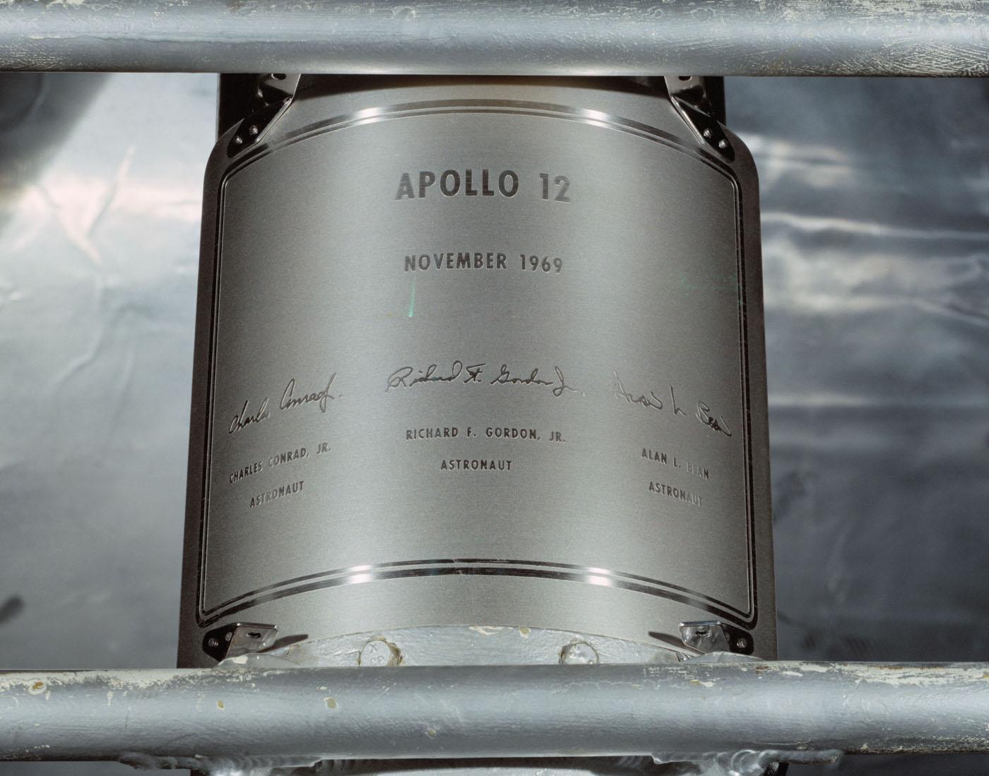 Kopie plakety zanechaná astronauty Apolla 12 na Měsíci