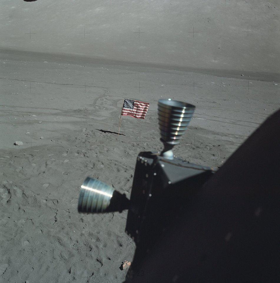 Pohled na americkou vlajku na Měsíci krátce po poslední, třetí vycházce