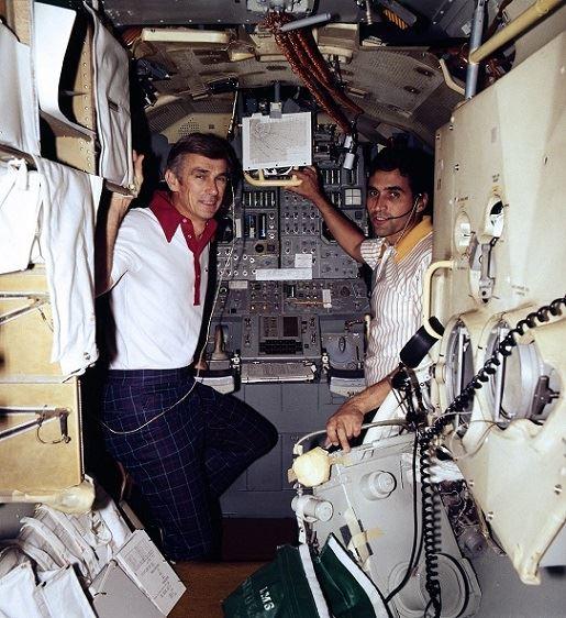 Gene Cernan a Jack Schmitt zachyceni v průběhu výcviku v maketě lunárního modulu, říjen 1972
