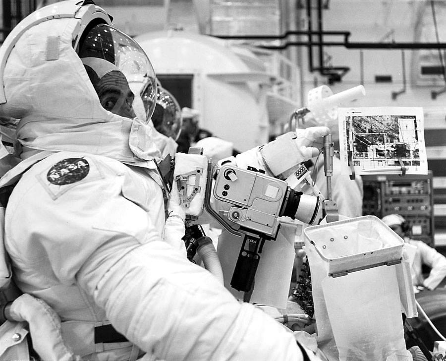Cernan a Schmitt trénují ovládání lunárního roveru