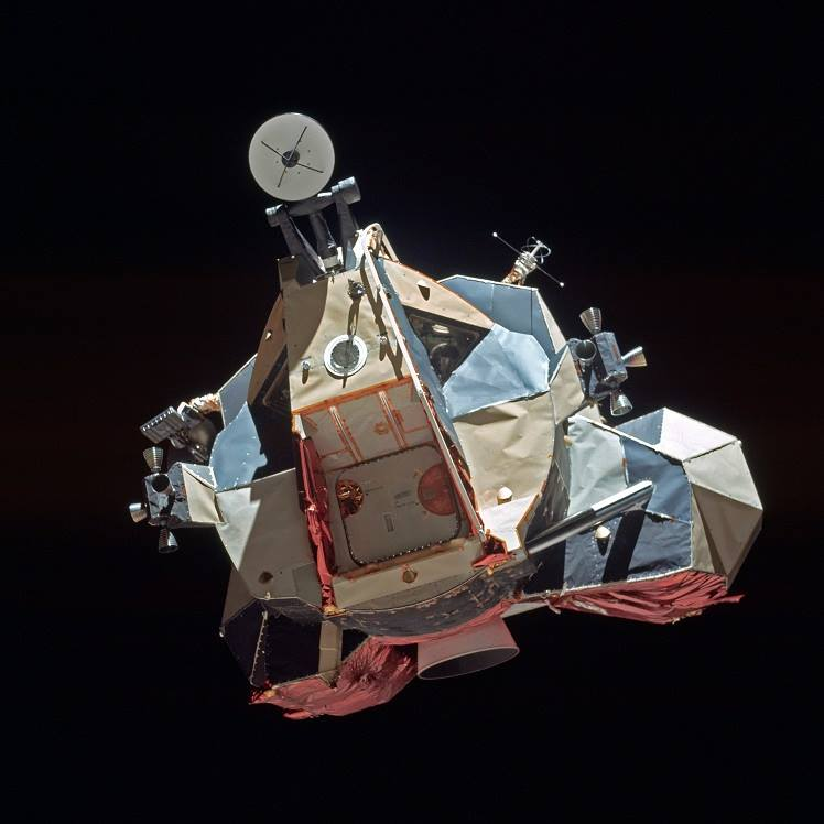 Vzestupový stupeň lunárního modulu Challenger se přibližuje k velitelskému modulu America Apolla 17