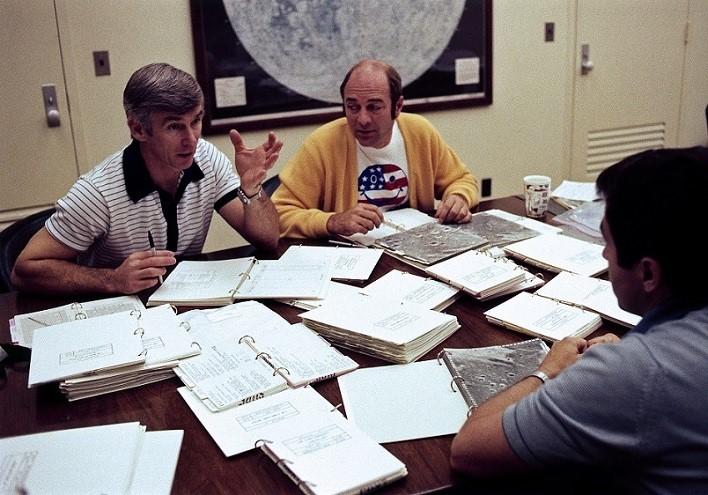 Posádka Apolla 17 diskutuje nad letovým plánem 3. 12. 1972