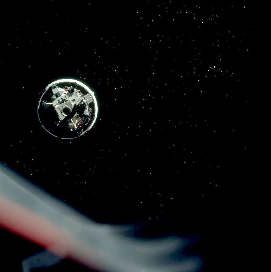 Krátce po navedení na dráhu k Měsíci se loď Apollo odpojuje od posledního stupně rakety Saturn 5 S-IVB a přibližuje se k lunárnímu modulu Challenger, který je zatím se stupněm spojen