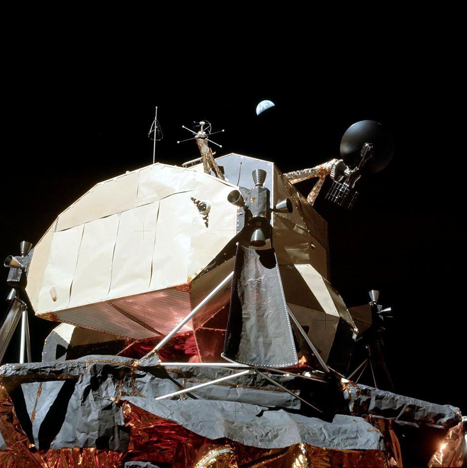 Země se vznáší nad lunárním modulem Challenger...