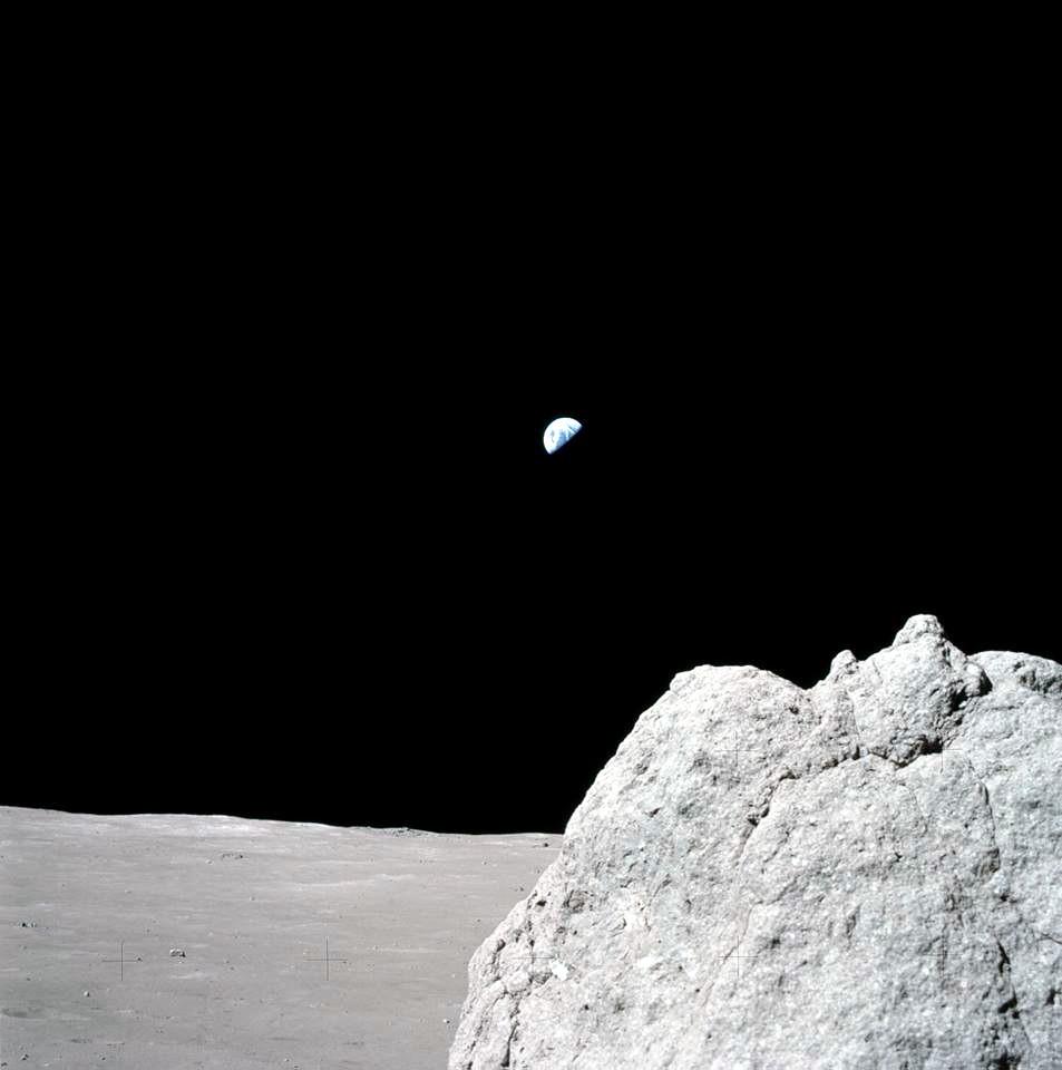 Měsíc osiřel... Poté, co 16. 12. 1972 posádka Apolla 17 zapálila motor SPS servisní sekce a zamířila domů, zůstal Měsíc sám; až dosud