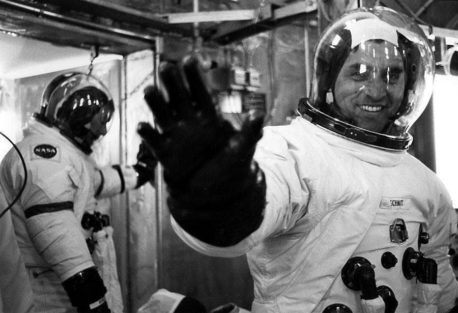 První měsíční geolog Jack Schmitt míří na výlet na Měsíc... Jackův pozdrav před nástupem do lodě, v pozadí Gene Cernan