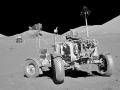 Lunární rover Apolla 17; v pozadí lunární modul