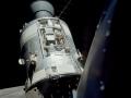 Úžasný pohled na velitelský a servisní modul America z lunárního modulu Challenger