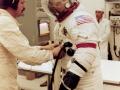 Gene Cernan se škrábe na nose v průběhu předstartovních příprav Apolla 17