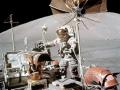 Gene Cernan stojí u lunárního roveru při třetí vycházce, 13. 12. 1972; v pozadí Jižní masív