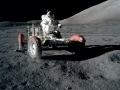 Krátká zajížďka roveru (Lunar Rover Vehicle), prováděná Genem Cernanem. Rover je zde v základní konfiguraci. Po zajížďce bude naložen vybavením: televizní kamerou ovládanou ze Země, komunikační přenosová jednotkou, vysoko- a nízkoziskovou anténou, lunárním nářadím na odběr vzorků a vědeckým zařízením. V pozadí napravo se nachází hora Jižní masív