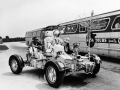 Velitel Apolla 17 Eugene Cernan mává turistům při nácviku na Lunar Roveru