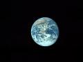 Jak se Apollo 17 přibližuje k Měsíci, jeví se Země menší a menší