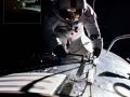 Na zpáteční cestě k Zemi vystoupil 17. 12. 1972 pilot velitelského modulu Apolla 17 Ron Evans do otevřeného prostoru, aby z oddílu SIM (Scientific Instrument Module) vyňal kazety s filmy, které byly exponovány v průběhu pobytu Cernana a Schmitta na povrchu Měsíce (jednu lze vidět po jeho levé ruce); délka výstupu byla 1h 7min a Evans se tak stal astronautem, který provedl EVA nejdál od Země (pomineme-li vycházky na Měsíci)