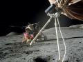 Vše v jednom snímku - lunární modul Challenger, vlajka a rover