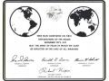 """Plaketa, zanechaná posádkou Apollo 17 na Měsíci, nese tento nápis: """"Zde člověk dokončil svůj první výzkum Měsíce. Prosinec 1972. Nechť duch míru, ve kterém jsme přišli, se odrazí v životě celého lidstva."""""""