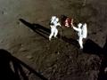 Astronauti vztyčují vlajku