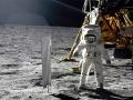 """Aldrin u """"plachty"""" zachycující sluneční vítr"""
