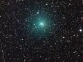 Nejjasnější kometou viditelnou z našich zeměpisných šířek zůstává 252P/LINEAR s aktuální jasností okolo 8 mag. Takto ji 9. května vyfotil John McConnell. Povšimněte si světlé čáry v levém spodním okraji, patrně stopa družice (Marek Biely)