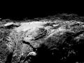Kometa 67P pohledem kamery OSIRIS na sondě Rosetta ze vzdálenosti 11,9 km. Rozlišení je 1,09 m/pixel. Snímek byl pořízen 19. 3. 2016 a publikován 27. 3. 2016