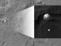6. srpna 2012 se rover Curiosity vydal na přistání na Marsu, do kráteru Gale. Kvůli své váze byl na rozdíl od předchozích roverů použit jiný způsob přistání, který sestával z řady složitých kroků, na jejichž konci se Curiosity snesl na povrch na navijáku jeřábu. Dosedl jen 2 km od předpokládané oblasti. Po dosednutí na povrch odletěl jeřáb do bezpečné vzdálenosti. Tomuto přistání se kvůli jeho náročnosti říkalo Sedm minut hrůzy a jeho výsledky pomohou při podobné misi Mars 2020. Fotografie pochází ze sondy Mars Reconnaissance Orbiter