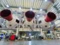 Pohled na motory rakety Delta IV pro let EFT-1 (spaceflight.com)