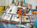 Americká astronautka Sunnita Williams zkouší v Neutral Buoyancy Lab výstup z lodi Orion na mořské hladině