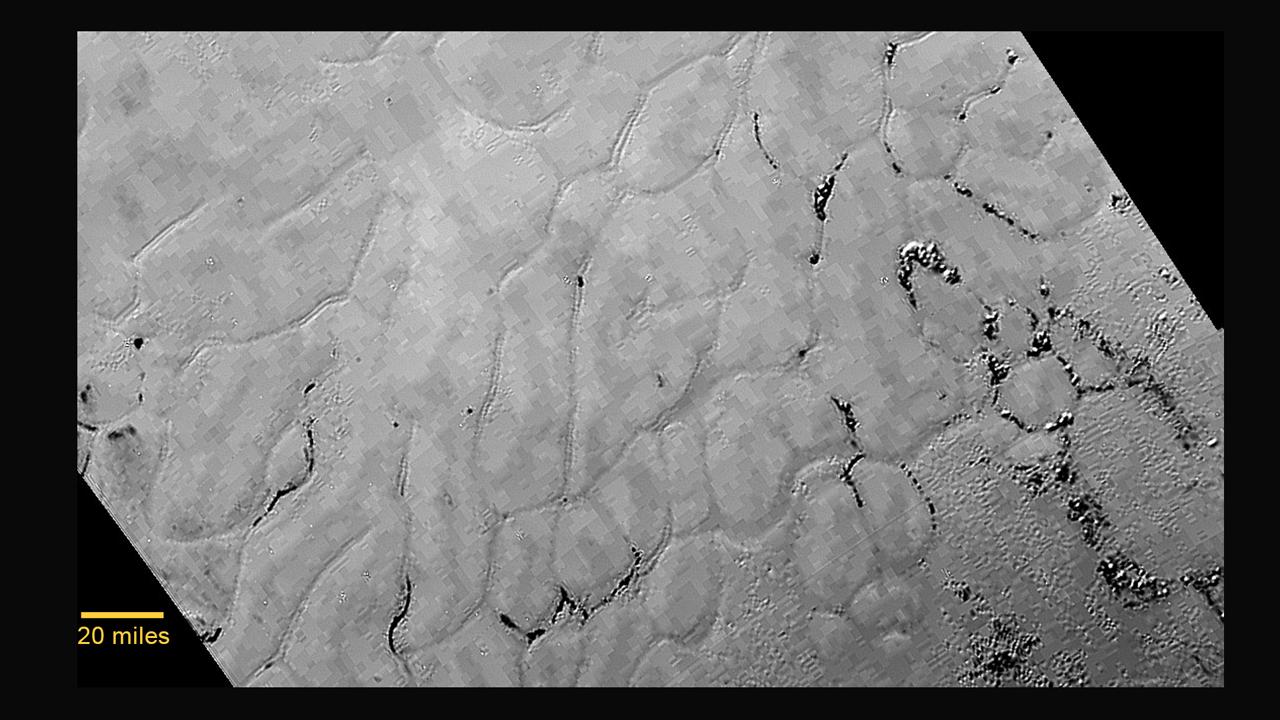 Uprostřed sdrcovité oblasti Pluta zvané Tombaugh Regio leží velká planina, prostá kráterů, jejíž stáří nebude zřejmě větší jak 100 milionů let a je zřejmě stále formována geologickými procesy. Tato zmrzlá oblast na obrázku je na sever od pohoří zvaného Norgey Mountains a nese označení Sputnik Planum. Povrch se zdá být na nepravidelné úseky, obklopené úzkými žlábky. Jsou zde útvary, které se zdají být skupinami valů, a pole malých jam. Pixelovitost je způsobena kompresí obrázku. Snímek byl pořízen 14. 7. 2015 ze vzdálenosti 77.000 km, rozlišení je kolem jednoho kilometru (NASA)