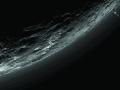 Na snímku z multispektrální kamery Ralph/MVIC sondy New Horizons jsou vidět vrstvy atmosférického zákalu v detailním pohledu. Lze napočítat až 20 vrstev, které se horizontálně rozšiřují na vzdálenost stovek kilometrů, ale nemusí vždy zcela kopírovat tvar Pluta. To je ukázáno pomocí šipek, které zobrazují vrstvu oparu ve výšce asi 5 kilometrů na levé straně, která na pravé straně sestoupila na povrch