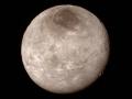 Různorodý povrch na měsíci Charon