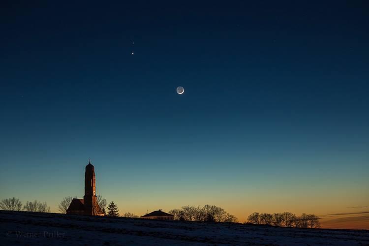 Konjunkcia (astronomické objekty sú vizuálne blízko seba) Mesiaca, Venuše a Marsu (slabšia gulôčka)... (Eduard Boldižár)