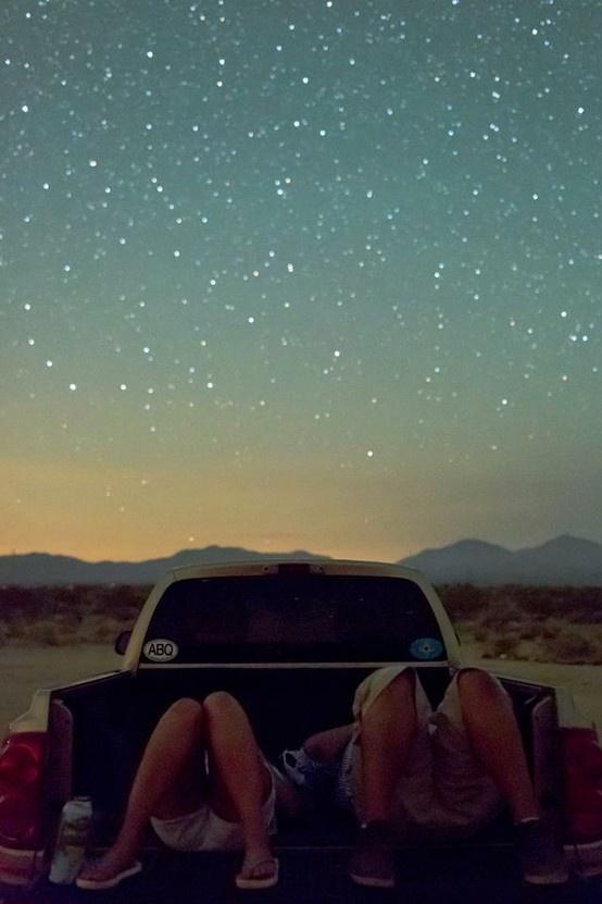 Pozri sa, na súhvezdie Strelca, vyzdobeného viditeľnými hviezdami, tam medzi nich, planie veľmi vzdialená Pištoľová hviezda žiarivá ako miliony Sľnk, v tvojích očiach nachádzam jej odraz...(Eduard Boldižár)