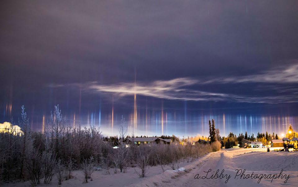 Slnečné stĺpy videné v strednej Aljaške...vznikajú pri odraze slnečných paprskov ľadovými krýštalmi, ktoré majú plochý tvar...pred dosiahnutím zeme sa vyparia...(Eduard Boldižár)