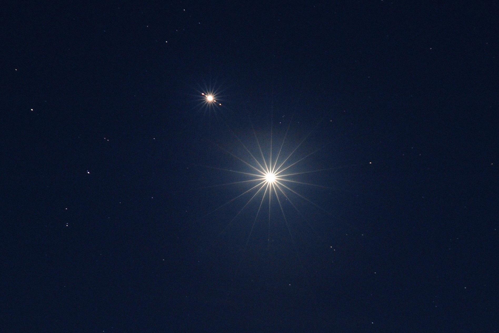 Konjunkcia bohyne lásky Venuše a vládcu všetkého sveta Jupitera s galileovými mesiacmi (Eduard Boldižár)