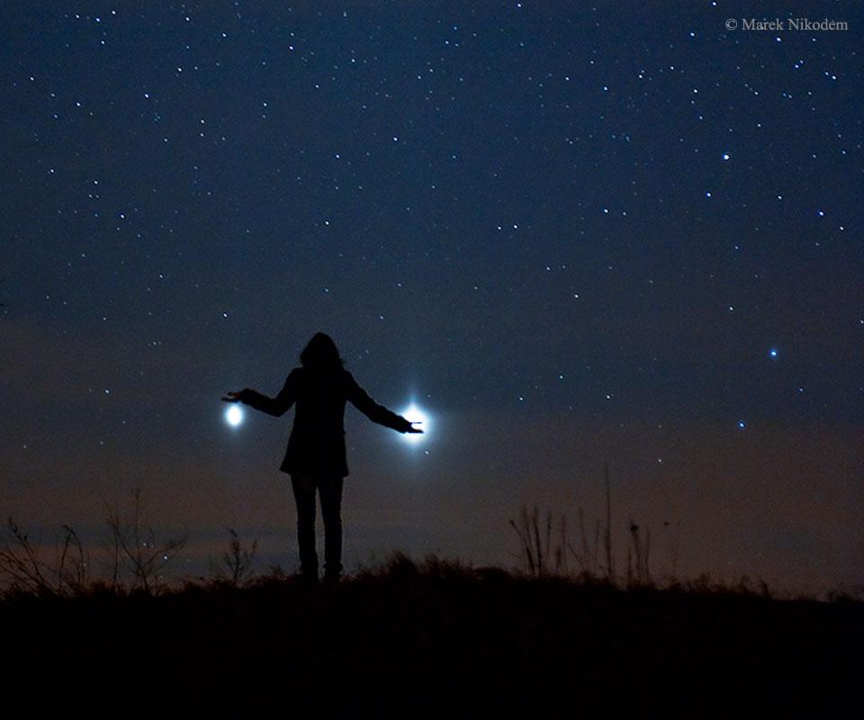 V náručí drží, Jupiter (vľavo) a Venušu (Eduard Boldižár)