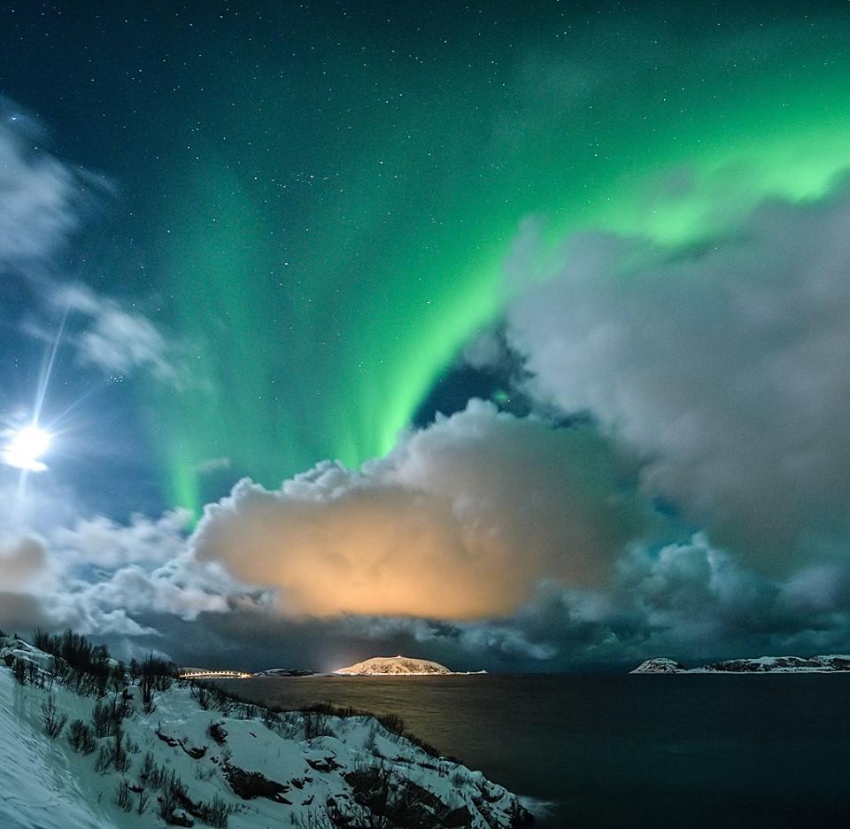 Měsíc, moře, oblaka... a polární záře nad Norskem