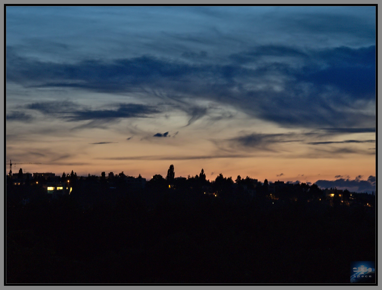 Troposférická oblačnost osvětlená soumrakovým nebem z 29. 6. 2016