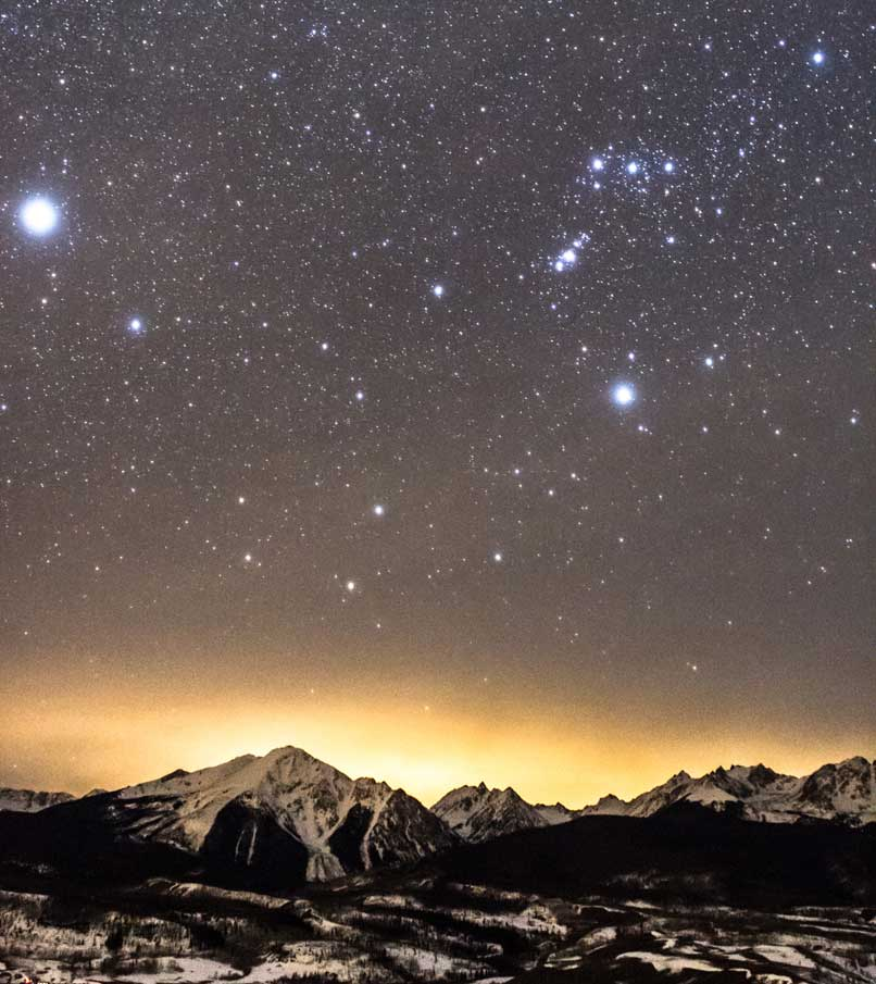 Majestátní Orion s jasným Síriem jsou dominantou zimního nebe