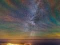 Mesto na ostrove Faial (Antlantický oceán) a okolo neho v tichej prítomnosti miliardy hviezd...farebné odtiene len dokresľujú famóznu scenériu...červenú farbu spôsobuje vybudenie hydroxylových molekúl OH ultrafialovým svetlom, orandžovu a zelenú farbu spôsobujú sodíkové a kyslíkove atómy...(Eduard Boldižár)