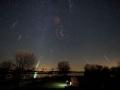 Roj meteorov Leonidy zo 16/17 novembra...zdá sa, že sa tam priplietli aj meteory z roja Tauridy...v strede súhvezdie Orióna...červená šmuha v Orióne predstavuje Barnadovú slučku...(Eduard Boldižár)