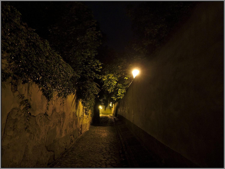 Stínadelské uličky po setmění vyvolávají pocit tajemna a dobrodružství, ale taky obavy a tíseň.