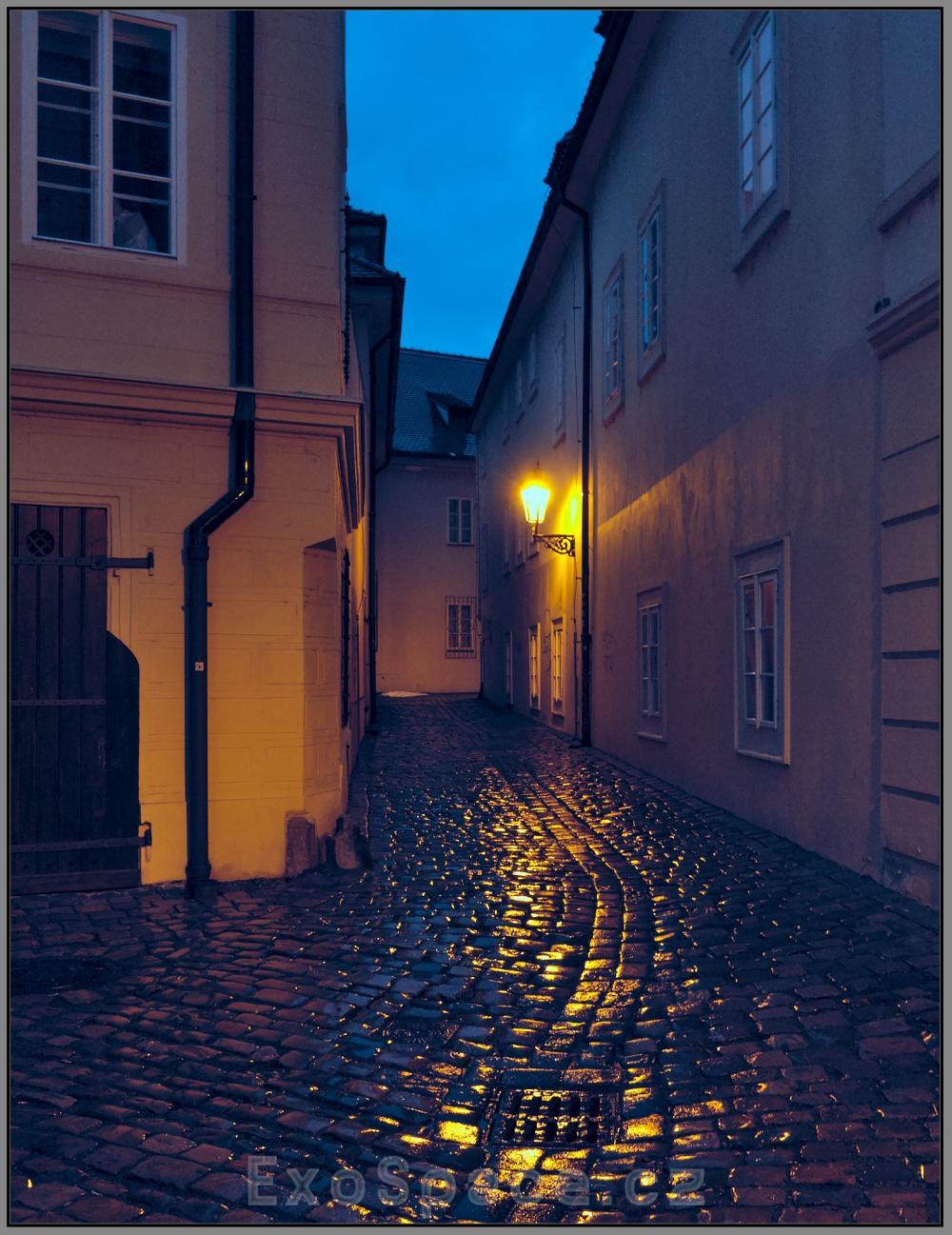 Do stínadelských uliček padla noc, plynové lampy se rozsvěcují…